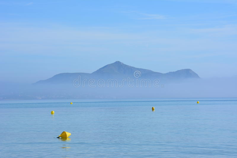 Bahía de Alcudia en la niebla imágenes de archivo libres de regalías