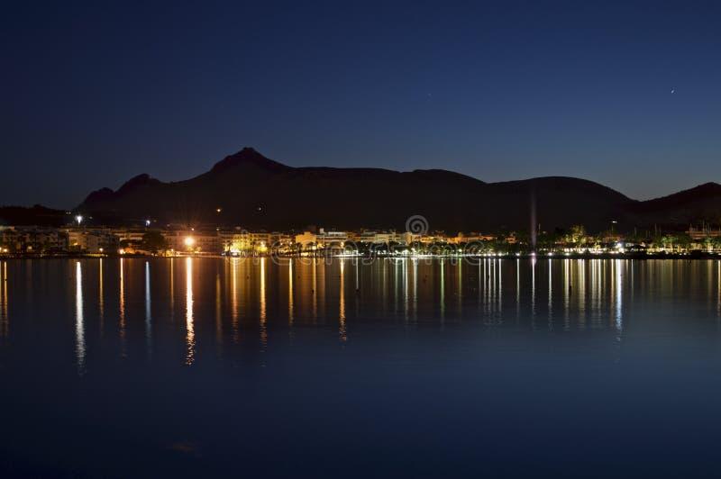 Bahía de Alcudia en la noche fotos de archivo
