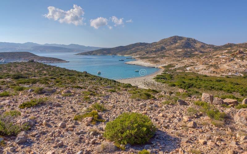 Bahía de Ano Myrsini, Polyaigos, Grecia imagenes de archivo
