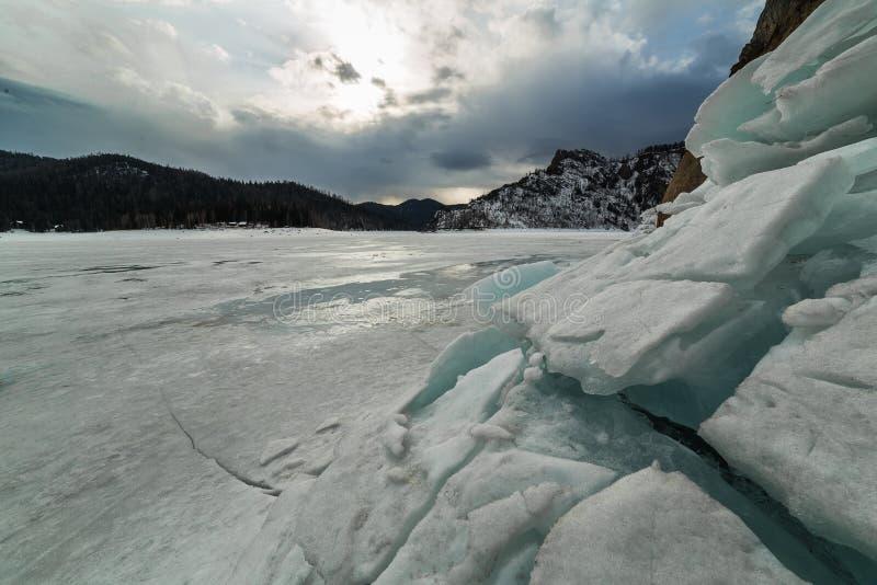 Bahía de Biryusinsky en el depósito de Krasnoyarsk en primavera temprana imágenes de archivo libres de regalías