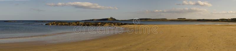 Bahía de Embleton y castillo de Dunstanburgh fotos de archivo