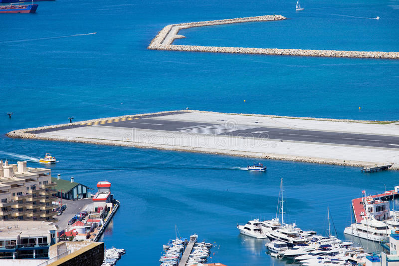 Bahía de Gibraltar y cauce del aeropuerto foto de archivo libre de regalías