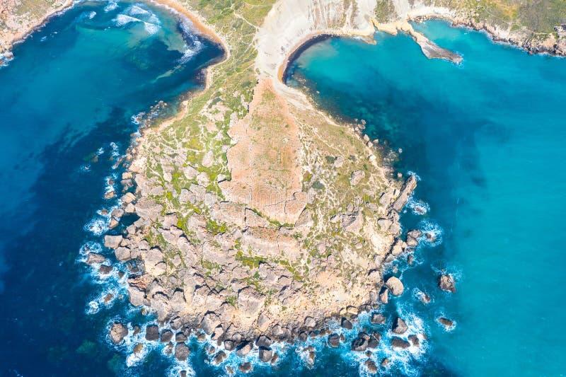 Bahía de Gnejna y de Ghajn Tuffieha en la isla de Malta Visión aérea desde la altura de los sliffs coastlinescenic cerca del medi fotos de archivo