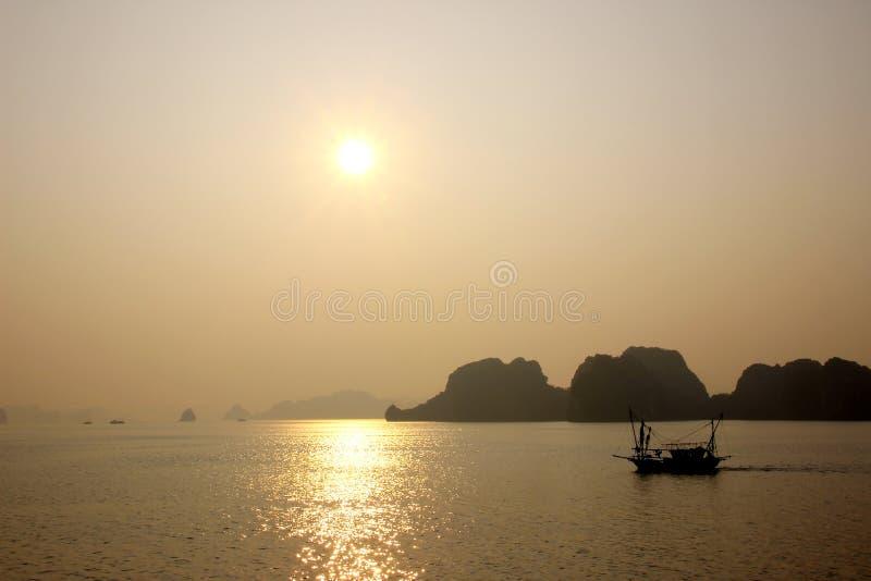 Bahía de Halong, Vietnam en la puesta del sol fotografía de archivo