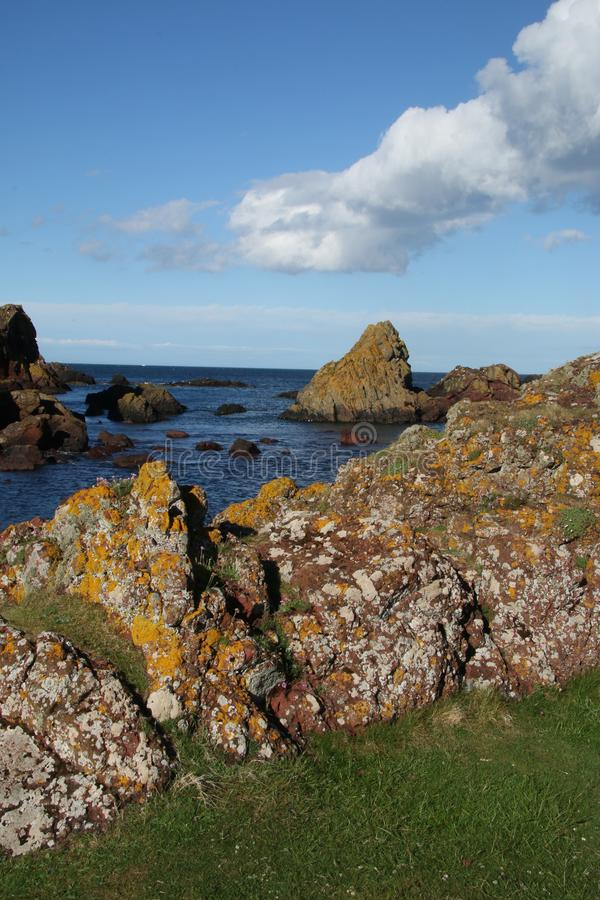 Bahía de Horsecastle, St Abbs, fronteras escocesas imagenes de archivo