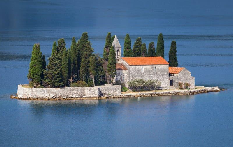 Bahía de Kotor. Pequeña isla con el monasterio imagen de archivo