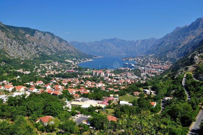 Bahía de Kotor y la ciudad imagenes de archivo