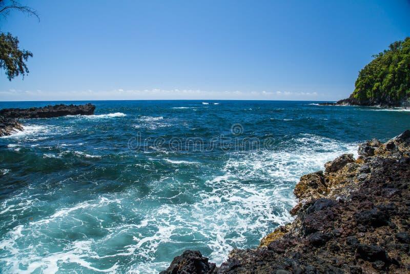 Bahía de Onomea de Hawaii en la costa de Hamakua en un día hawaiano hermoso fotografía de archivo