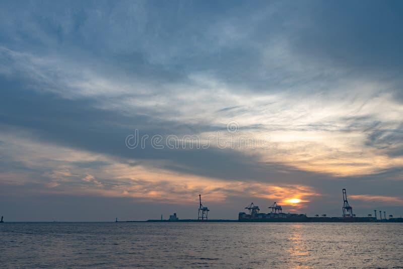 Bahía de Osaka con la isla de Yumeshima en fondo en tiempo del sistema del sol del verano foto de archivo libre de regalías