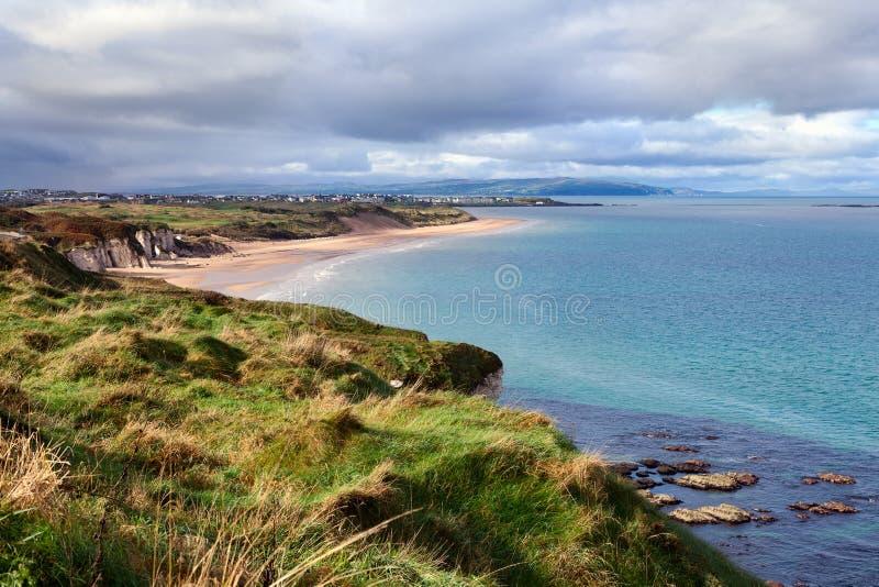 Bahía de Portrush en el condado Antrim, Irlanda del Norte. foto de archivo libre de regalías