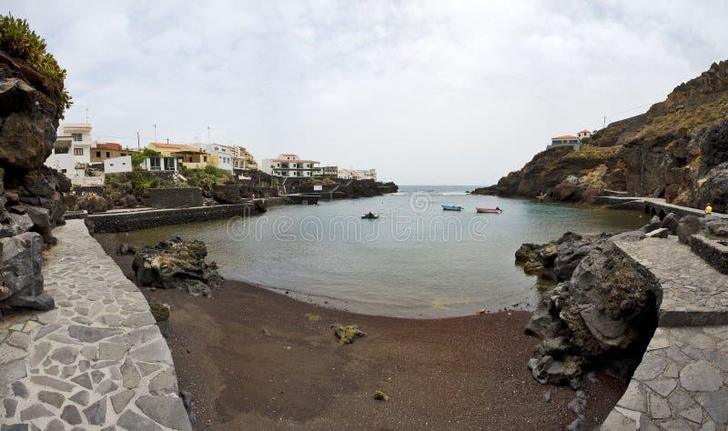 Bahía de Tamaduste y baño del público, EL Hierro imagenes de archivo