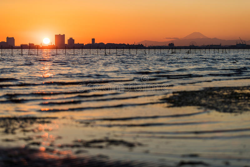 Bahía de Tokio en el área de Funabashi y el Mt fuji fotografía de archivo