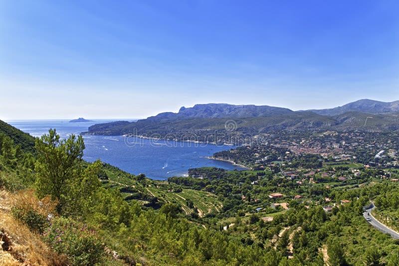 Bahía del mar Mediterráneo cerca de la casis, opinión de Provence de las montañas imagenes de archivo