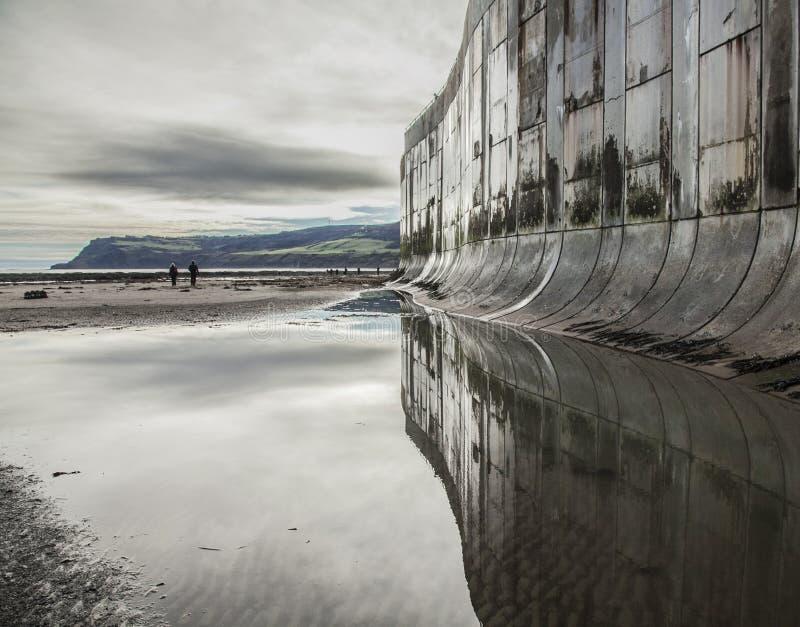 Bahía del ` s de Robin Hood, reflexión en la playa fotos de archivo