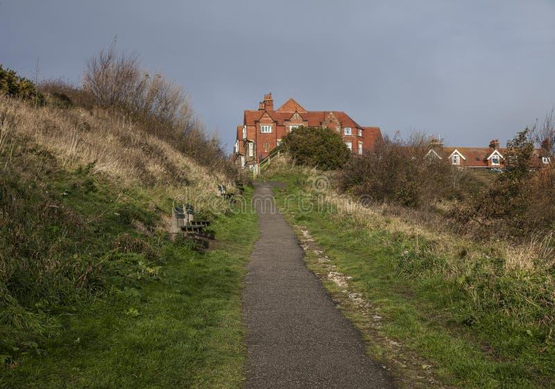 Bahía del ` s de Yorkshire, de Inglaterra - de Robin Hood, prados y el mar imagen de archivo libre de regalías