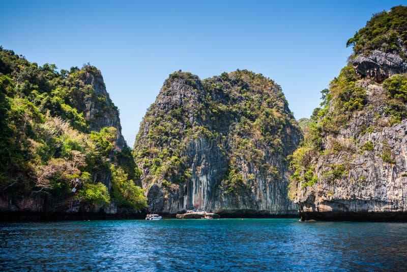 Bahía del samah de Loh con el cielo azul y agua, Phi Phi Island, Tailandia fotografía de archivo libre de regalías