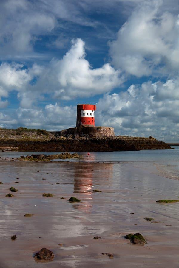 Bahía del St Catherines y torre de Archirondel fotografía de archivo