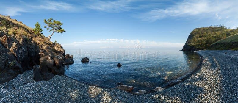 Bahía en el lago Baikal, Rusia imagenes de archivo
