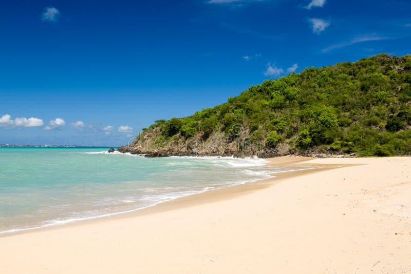 Bahía feliz de la costa de San Martín el Caribe fotografía de archivo