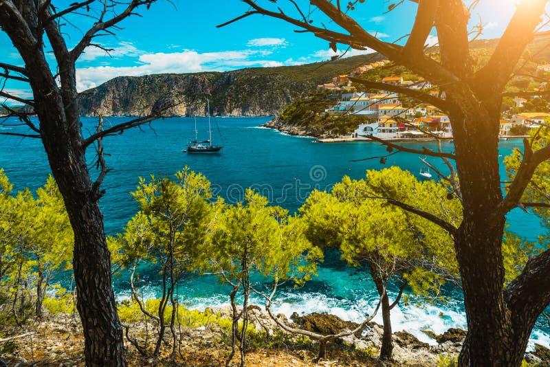 Bahía hermosa con la agua de mar pintoresca rodeada por los árboles de pino Mar Mediterráneo del pueblo de Assos, Grecia Verano imágenes de archivo libres de regalías