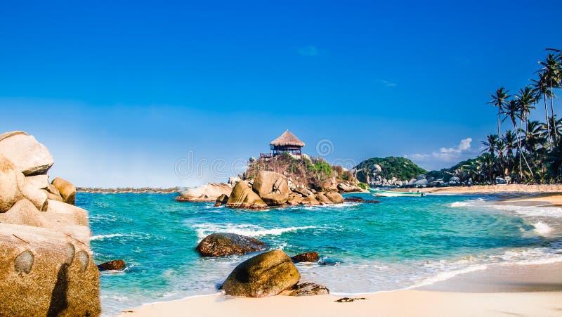 Bahía hermosa con la playa blanca de la arena y agua azul en el parque nacional de Tayrona en Colombia fotos de archivo libres de regalías