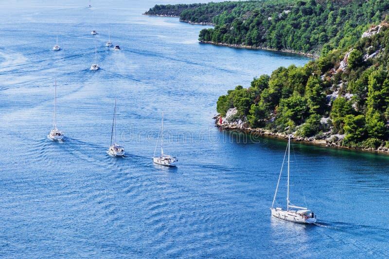 Bahía hermosa con los barcos de navegación, Croacia Barcos de vela que navegan cerca de las islas croatas fotografía de archivo libre de regalías