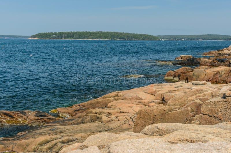 Bahía hermosa de Schoodic en Maine septentrional y los centenares de pelota alta foto de archivo