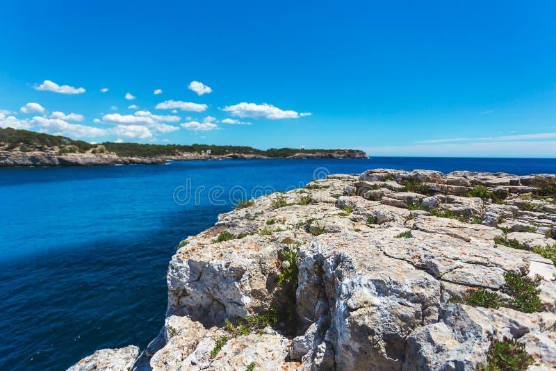Bahía hermosa y costa rocosa en el parque nacional de Cala Mondrago foto de archivo