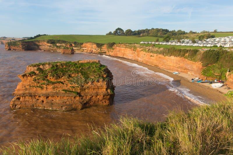 Bahía Inglaterra Reino Unido de Ladram de la costa de Devon con la pila de la roca de la piedra arenisca roja situada entre Budle imagen de archivo