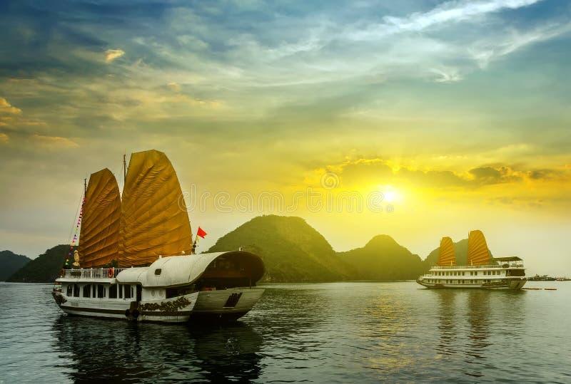 bahía larga de la ha del paisaje de la puesta del sol, Vietnam imagen de archivo libre de regalías
