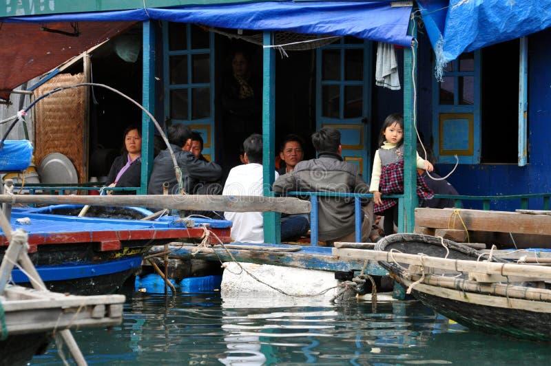 Bahía larga de la ha - niña del pueblo flotante local foto de archivo