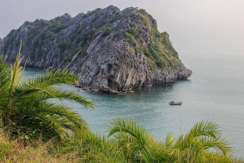 Bahía larga de la ha de la UNESCO del sitio famoso de la herencia con las rocas, agua de la turquesa y los barcos de lujo foto de archivo libre de regalías