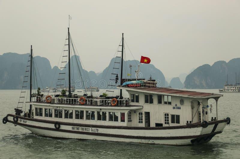 BAHÍA LARGA DE LA HA, VIETNAM - 28 DE MARZO DE 2016: Barco de cruceros turístico en la bahía larga de la ha, Vietnam fotografía de archivo