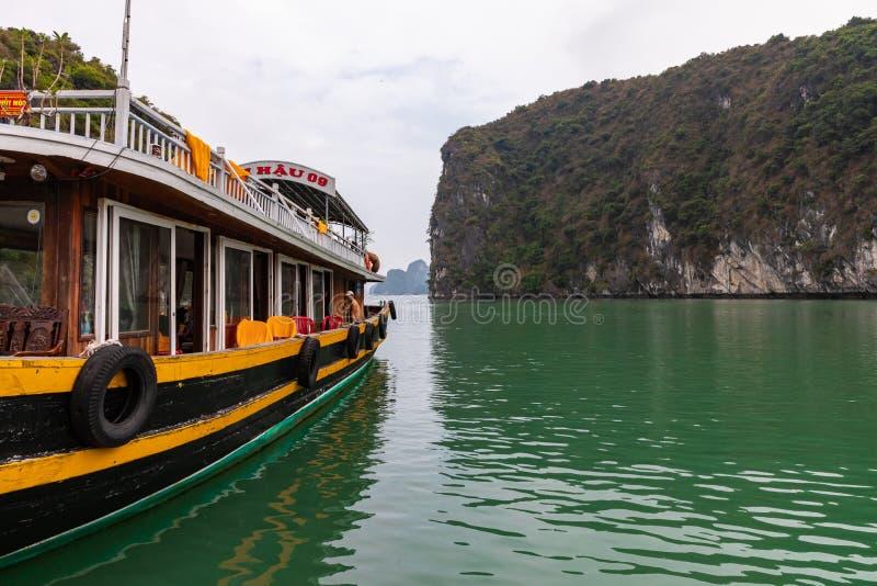BAHÍA LARGA DE LA HA, VIETNAM - 13 DE NOVIEMBRE DE 2018: Bahía de Halong, Vietnam Sitio del patrimonio mundial de la UNESCO Barco foto de archivo libre de regalías