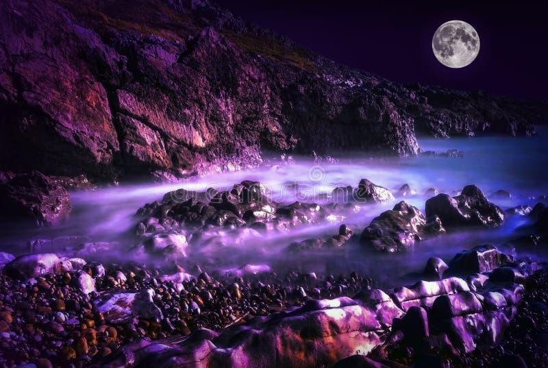 Bahía País de Gales de la pulsera en la noche con una Luna Llena fotografía de archivo libre de regalías