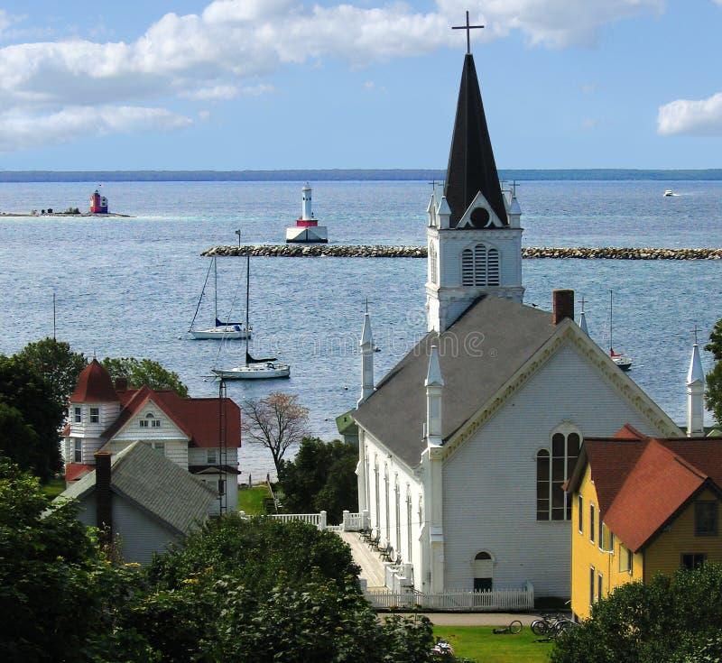 Bahía pacífica con la iglesia y el faro imagen de archivo libre de regalías