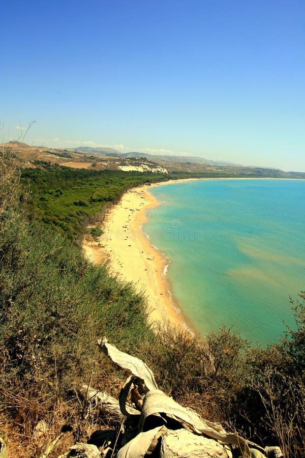 Bahía, playa y colores del mar del verano, Sicilia foto de archivo
