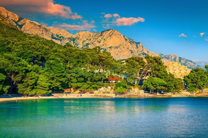 Bahía popular con la playa hermosa, Brela, Makarska riviera, Dalmacia, Croacia foto de archivo