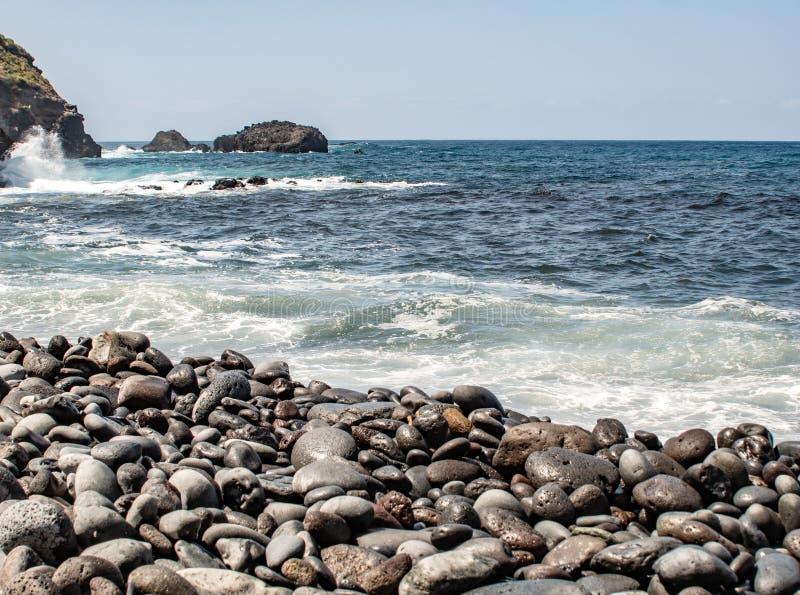 Bahía profunda de la playa sobre el mar con las rocas fotografía de archivo libre de regalías