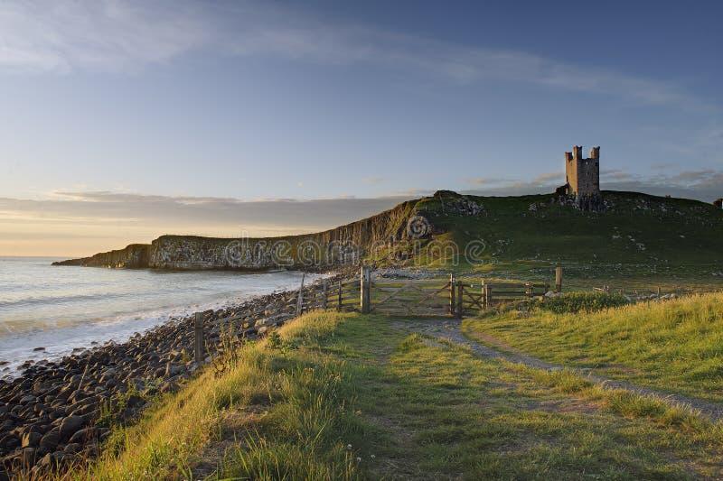 Bahía y castillo del embleton de la salida del sol imágenes de archivo libres de regalías