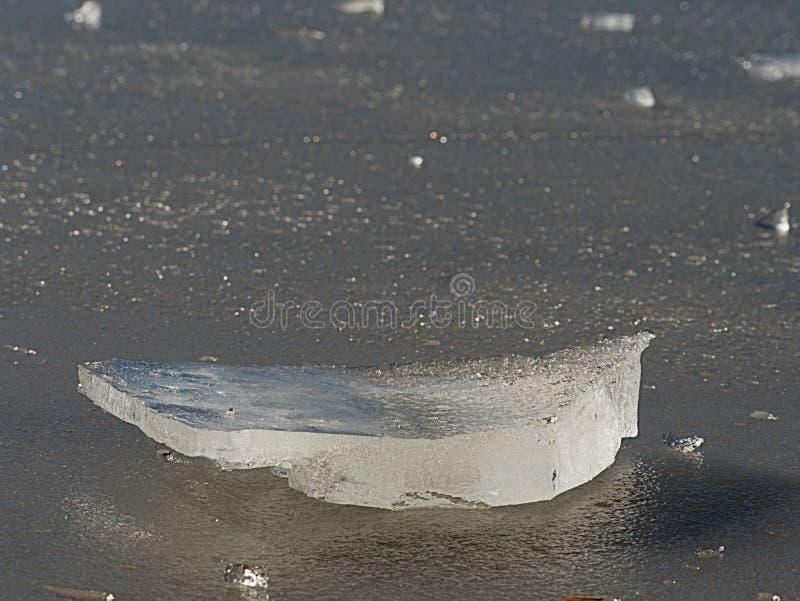 Bah?a grande quebrada de las masas de hielo flotante de hielo n contra el Sun en una primavera soleada imágenes de archivo libres de regalías