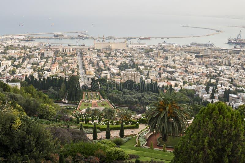 Bah I heliga ställen i Haifa och den västra Galileen - Israel, panoramautsikt från övreterrassen av staden, templet och fjärden arkivfoto
