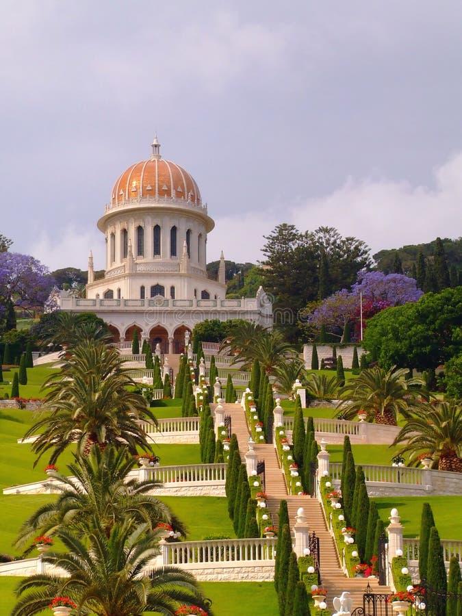 bahaien arbeta i trädgården det haifa tempelet arkivfoto