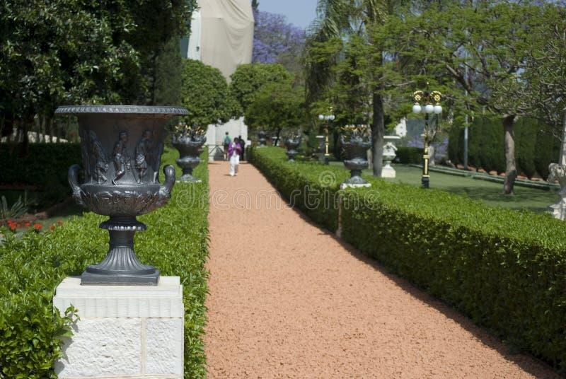 bahaien arbeta i trädgården haifa israel arkivbilder