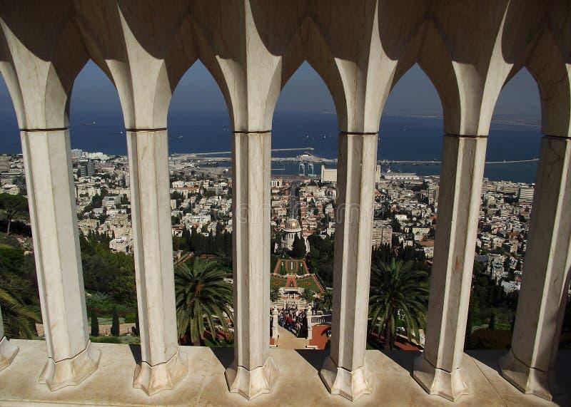 Bahaien arbeta i trädgården i Haifa arkivbilder