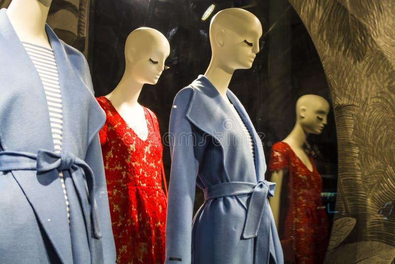 Θηλυκά ομοιώματα στα μοντέρνα και μοντέρνα ενδύματα σε ένα επίδειξη-παράθυρο του καταστήματος bahama Νέα συλλογή Αγορές στοκ φωτογραφία