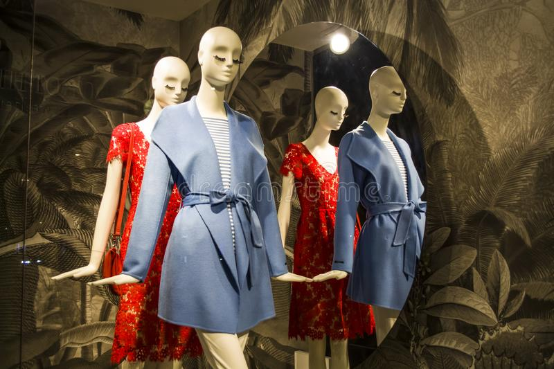 Θηλυκά ομοιώματα στα μοντέρνα και μοντέρνα ενδύματα σε ένα επίδειξη-παράθυρο του καταστήματος bahama Νέα συλλογή Αγορές στοκ εικόνες
