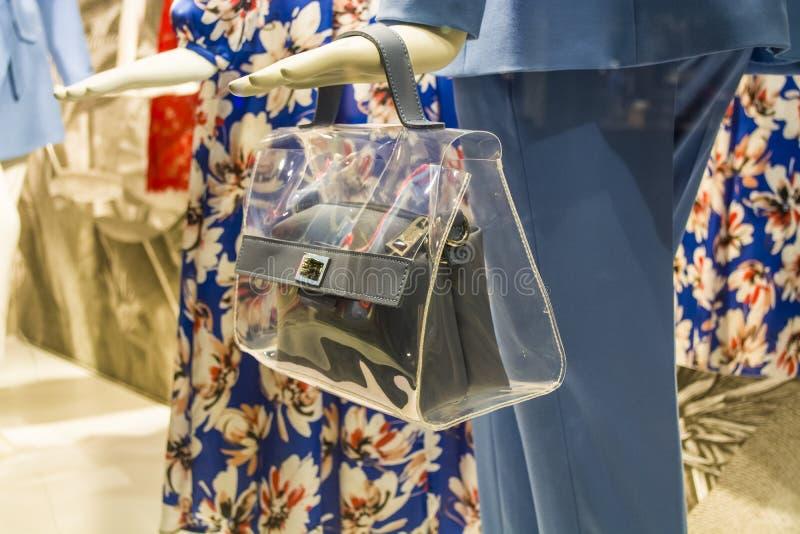 Θηλυκά ομοιώματα στα μοντέρνα και μοντέρνα ενδύματα σε ένα επίδειξη-παράθυρο του καταστήματος bahama Νέα συλλογή Αγορές στοκ εικόνα
