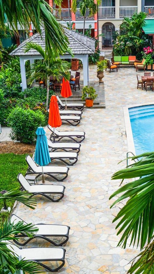 Bahamas, escena tropical, sillones listos por la piscina, colorida imagen de archivo libre de regalías