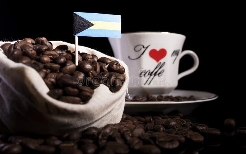 Download Bahamas Kennzeichnen In Einer Tasche Mit Den Kaffeebohnen, Die Auf Schwarzem Lokalisiert Werden Stockbild - Bild von bohne, süchtiger: 96932855